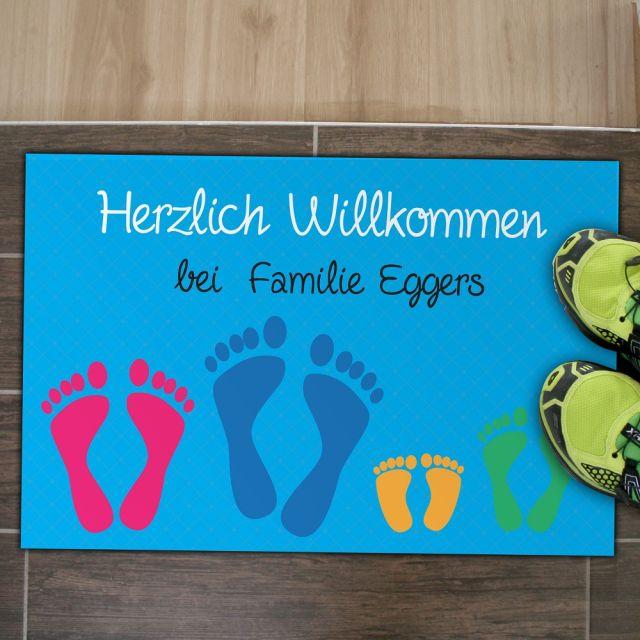 """Fußmatte """"Füße"""" mit Namen (Farbe: taupe oder blau)"""